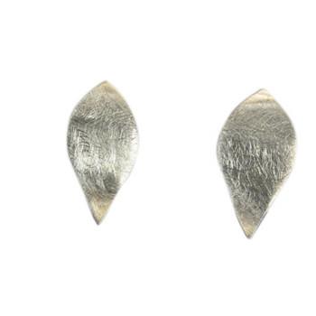 Ohrstecker, icematt, in der Form eines Blütenblattes. leicht gewellt. 925er Silber